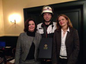 Bettina-Kunert-Dreier-Dr.-Karin-Thier-und-der-Einsatzleiter-der-Feuerwehr-Wiesbaden-im-Lions-Club