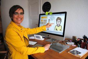 Martina Schradi beim Erstellen von Comicreportagen